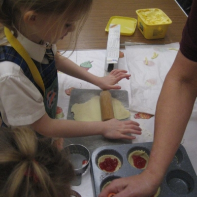 children baking